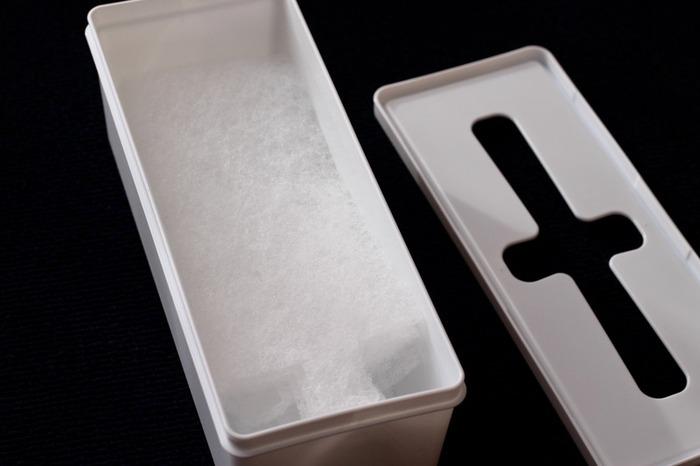 こちらのブロガーさんのお家では、ドラム式洗濯機用のゴミフィルター入れに活用されているそうです。蓋の十字の部分から、ティッシュのように一枚一枚引き出して取り出せます。真っ白いケースなので、インテリアに馴染んで統一感が出ますよ。