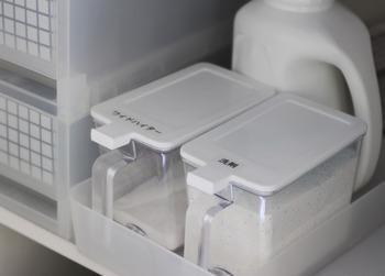 こちらは100円ショップの定番アイテム「砂糖・塩ケース」。蓋がパカッと開くので粉洗剤の収納に便利なんですよ◎。コンパクトな形状なので、無印良品の整理ボックスにもぴったり収まります。