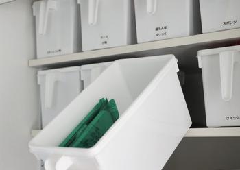 アレンジスタッキングボックスは持ち手が付いているので、とくに高い場所の収納に重宝します。そのままではバラバラになりやすい洗濯用品や、ストック類なども綺麗に整理できます。ランドリー周りの収納にぜひ活用してみてはいかがでしょうか。