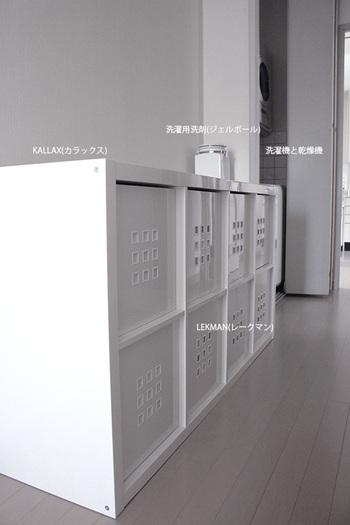 IKEAの収納家具「KALLAX(カラックス)」も、ランドリースペースにおすすめのアイテムです。引き出しや扉付きのインボックスなどが販売されていますが、こちらのブロガーさんのお家では収納BOXの「LEKMAN(レークマン)」を使用しているそうです。白で統一されたインテリアが素敵ですね。
