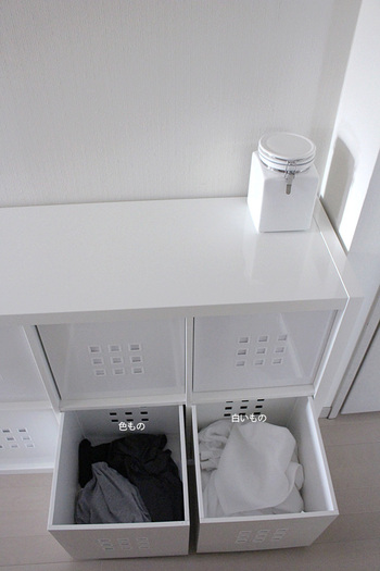 洗濯機と乾燥機に近い場所には、これから洗濯する物を白いもの・色ものに分けて収納しているそうです。中身の見えない収納ボックスなら、雑多な印象になりやすい洗濯ものもスッキリとしまうことができますね。KALLAXシリーズはコンパクトなものから大型家具まで様々なサイズが展開されていますので、スペースに合わせてお気に入りのものを選んでみてはいかがでしょうか。