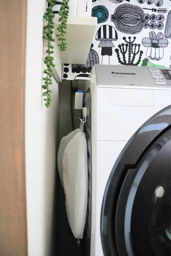 洗濯ネットにはループが付いているので、こんな風にフックにかけて洗濯機横にも収納できます。すぐ手に取れる場所に吊るしておけば、必要な時にすぐに使えて便利ですね。