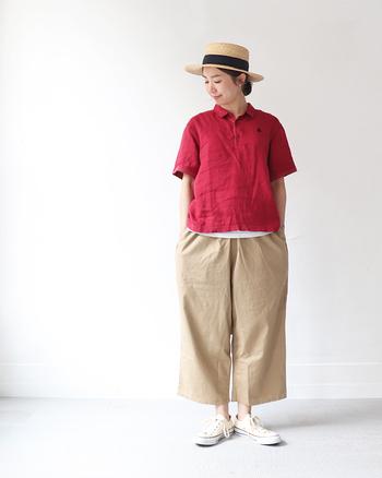 リネン素材のビビッドな赤が他のポロシャツとは一味違うこんな一枚は、シンプルなボトムスやスニーカーに合わせてその魅力を存分に活かしたいところ。ナチュラル素材のハットも合わせたら、柔らかく優しい印象に。