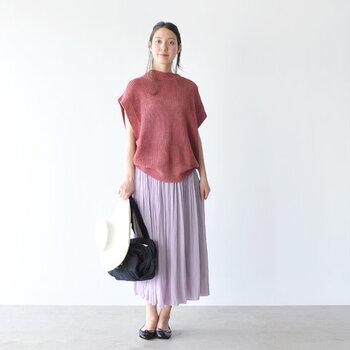 雨が本降りの日だけでなく、降りそうな日、晴れの日も活躍してくれる優秀アイテム。足が華奢に見えるデザインで、パンツにもスカートにもどちらにもマッチします。