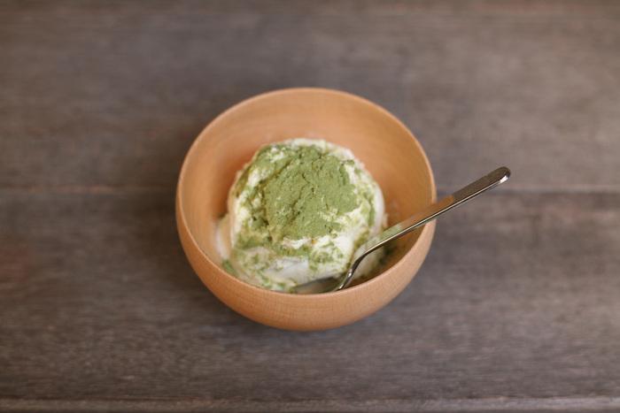 ロクロ成型で作られたお椀は丸みがあって柔らかな表情です。アイスクリームを入れても、どこか温もりがあるように感じさせます。飾らない素朴なおやつタイムにぴったりです。