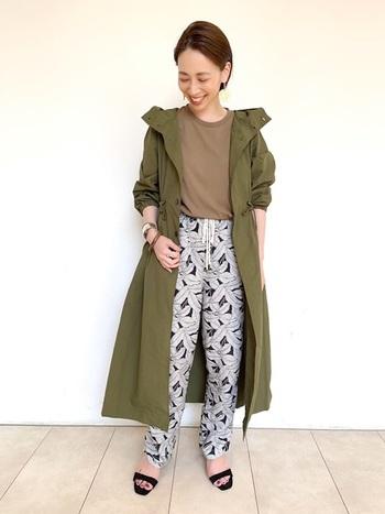 ロング丈のカーキ色のレインコートは、モッズコートのように気軽に着られて重宝しそう。ウエストをぎゅっと絞れば、女性らしいシルエットになります。