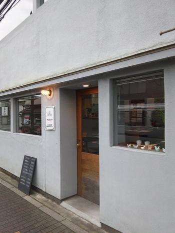 由比ヶ浜通り、長谷寺寄りに位置するおしゃれなカフェ風な外観の「woof curry」。この通りを歩いているといつもスパイスの良い香りが漂ってきます。