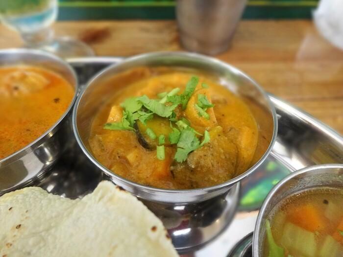 コクがあるのにサラッと食べられる「ベジタブルカリー」は大人気。その他にもココナッツベースの「あさりココナッツ」など楽しみになるカレーが選べます。一皿の中に色々盛り込まれた南インドの定食スタイルは、色々楽しみたい欲張りさんにオススメです。