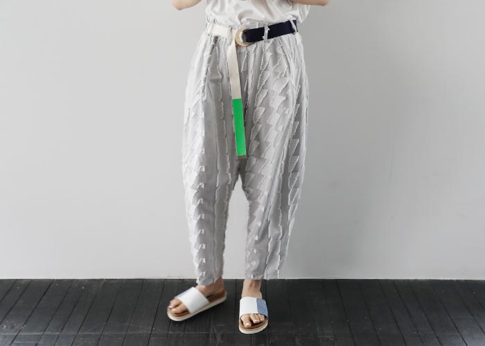 ベルトやタックインなどを活用して、ウエストにワンポイントをプラスしたコーディネート。着ているお洋服は同じなのに、こなれ感たっぷりな雰囲気に格上げできちいます。今回はそんなウエストにワンポイントプラスの、簡単コーデテクニックをご紹介します。