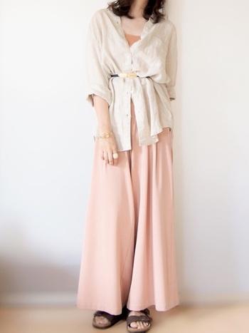 ピンクのワイドパンツにシャツを合わせ、上から細いベルトでウエストマークしたコーディネートです。シャツはボタンをラフに外して、フェミニンな印象で着こなしています。ボタンをしっかり留めて、上からベルトでウエストマークしてもおしゃれにキマりますよ♪