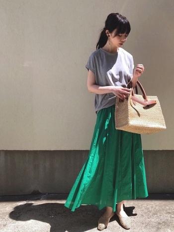 ぼんやりしがちなグレーのTシャツには、パキっとしたビビッドカラーのフレアスカートを合わせてメリハリを出すのがおすすめ。ヌーディカラーのバレエシューズとカゴバッグをほどよく効かせた女性らしいスタイリングです。
