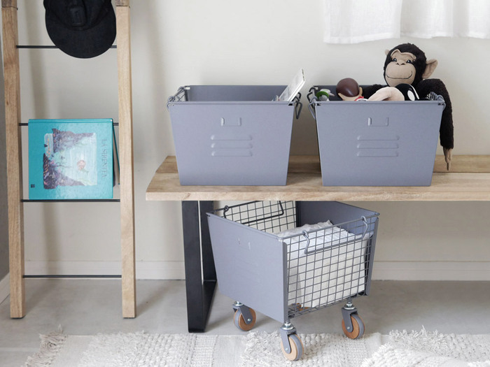 同じサイズのボックスが3個セットになっているので、スタッキングしてコンパクトに収納したり、一個ずつ単品使いしたりとシーンに合わせて使い分けることができます。バスケットには持ち手が付いているので、洗濯ものを入れてそのままベランダへ運ぶこともできますよ。