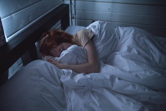 睡眠不足が続くと、お肌のターンオーバーが正常に行われず角質が溜まりやすくなりますし、クマやくすみが出やすくなるので要注意。睡眠時間の確保+睡眠の質も高めるよう意識しましょう。