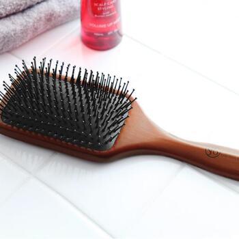 また、頭皮マッサージも顔の血行促進に効果的と言われています。パドルブラシを手に入れて、頭皮のマッサージを兼ねてブラッシングをしてみませんか。艶のある髪にもなって、一石二鳥です。
