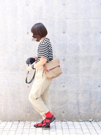 ボーダーTシャツにベージュのチノという定番コーデに、真っ赤なソックスを合わせて。足元をサンダルにすると軽快な印象になります。