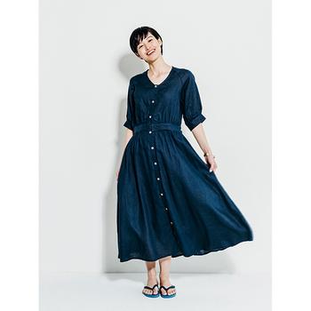 ゆったりとしたシルエットのワンピースは、前のボタンが爽やかに効いています。程よく開いた襟元や袖の長さなど、大人の女性に良く似合うデザインです。