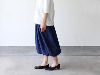 ふくらはぎの下でたゆんだバルーンが可愛らしいパンツです。ボリュームがあるから、ワイドパンツやロングスカート感覚で履けます。ふわりと揺れる表情も素敵です。