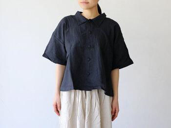 コンパクトな襟が付いたビックブラウスは短め丈が可愛らしい。小さく並んだクルミボタンも女性らしさを出してくれます。