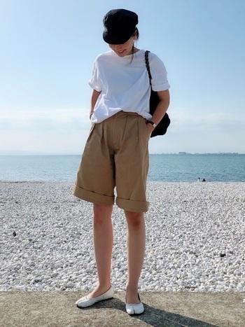 ベージュのショートパンツにゆったり目の白Tシャツを合わせて。Tシャツの袖とパンツの裾をロールアップして軽快さをプラス。
