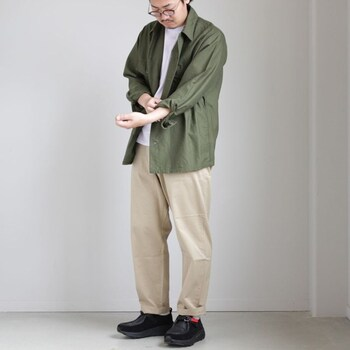 ワイドテーパードシルエットのチノ。腰周りの優しいボリューム感と裾にかけてのテーパードのバランスがとても良く、どんなコーディネートにもスッと馴染んでくれるシルエットです。
