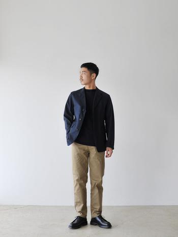細すぎず太すぎないシルエットで、流行や年代を問わず履けます。ジャケットを合わせるとカッコ良さがワンランクアップしますね。