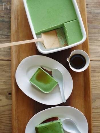 木綿豆腐、ゼラチン、てんさい糖、抹茶、豆乳をブレンダーにかけて冷やし固めた抹茶ババロア。生クリームの代わりに豆腐でなめらかさを出しています。また、よくブレンダーで撹拌することで、豆腐特有の香りがやわらぎ、食べやすくなります。