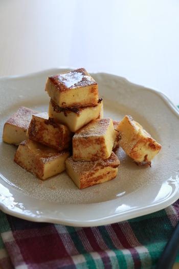 パンの代わりに高野豆腐を使ったヘルシーフレンチトースト。栄養満点で朝食にもぴったり。牛乳の代わりに豆乳、アーモンドミルク、ココナッツミルクなどを使えばより健康的ですね。