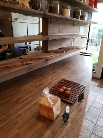 週末のこの日、午後2時には売り切れだったそう。「丘の上のパン屋」の店内です。