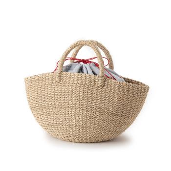 船舶のロープなどにも使われるほど耐久性に優れた丈夫な素材「アバカ」で手編みされたかごバッグ。ころんとした丸みのある形がなんともキュート。