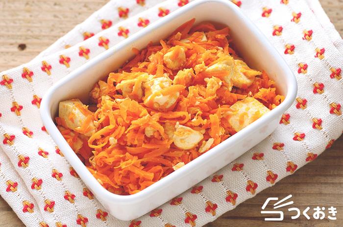 にんじんを使った、シンプルな豆腐にんじんチャンプルー。素朴な優しい味わいで、どんなおかずと食卓に出しても相性が良いので、常備菜としても活躍するメニューです。