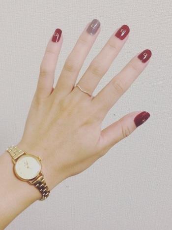 「赤×グレー」の組み合わせは落ち着いた上品な印象に。シンプルな服装の時にポイントにもなります。写真のように、ゴールド系のアクセサリーとも相性抜群◎
