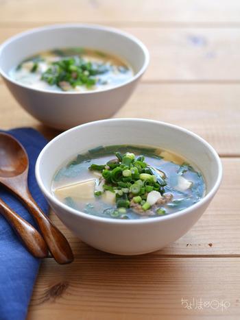 豚肉やにんにく、生姜などが入った、スタミナ満点のニラと豆腐の中華風スープ。ごま油の香りが食欲をそそる、具だくさんのおかずスープなので、夏場の食欲があまりないときにもおすすめです。