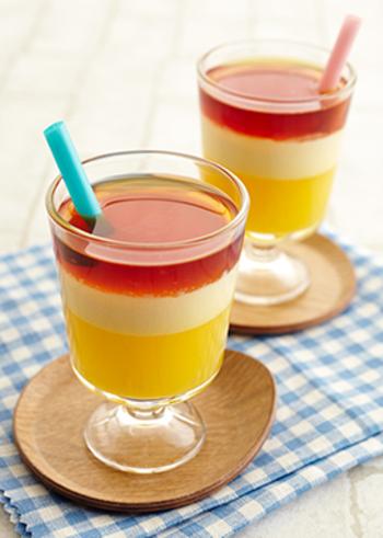 層のゼリーは、意外と簡単。こちらは、オレンジジュースと生クリームを合わせて冷やすと自然と2層に分かれますので、最後にアイスティーを注いで3層に。涼しさに癒される美しいゼリーの完成です♪