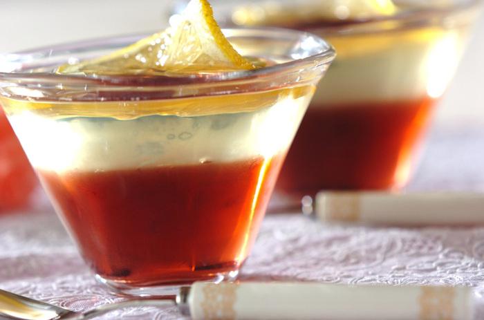 赤ワインと白ワインのゼリーを重ねた、大人の味。ホームパーティーはもちろん、ゆったりと楽しみたいスペシャルな夜やお休みの日などにもぴったり。はちみつ漬けのスライスレモンをねじって、おしゃれに飾ります。
