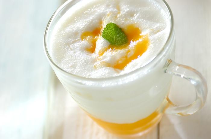 マンゴーピューレとヨーグルトクリームの2段重ね。最後にマンゴーピューレとミントをトッピングします。フルーティでクリーミーなラッシーは、デザート感覚の一杯です。