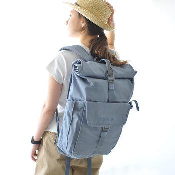 「millican(ミリカン)」のバックパックは、旅する人々のために作られた多機能なバッグ。 メインの収納に加え、フロントには3つのポケットが。さらに背部側面には、財布・携帯などの貴重品入れに便利なセキュリティポケット、そしてPCやタブレット用の収納ができるパッド入りのイージーアクセススリーブが備わっています。