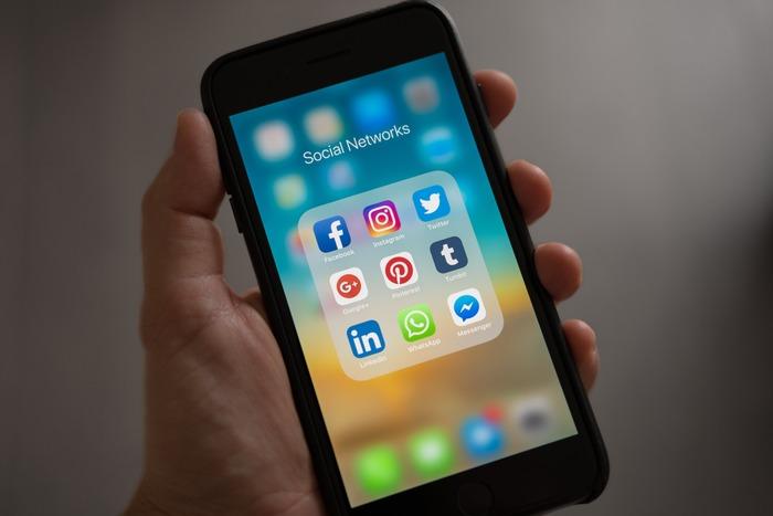 なかでもスマホと距離を置く方法として一番効果的なのは、SNSのアプリを減らすこと。  減らせば他人のことを気にしたり、興味本位でフォローした不要な情報まで次々と流れてきたものをなんとなく眺めて時間が浪費されたり・・ということを回避できるのは、容易に想像できますよね。  なかでも注目したいのは、「Twitter」「Instagram」「Facebook」。閲覧はスマホアプリではなく、お家のパソコンからもアクセスできるもの。投稿ではなく閲覧メインの方は、潔くアプリを削除して、パソコンから見る決まりごとにするのも有りかもしれません。  ちなみに、動画やニュースも、スマホアプリに固執せずともお家で見れるものですよね。
