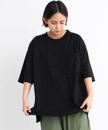 テイストを選ばずに合わせられて、柄ボトムスとの相性も抜群。そんな黒Tシャツは、コーデがなかなか決まらない日のお助けアイテムです。  今回は黒Tシャツを取り入れた大人女子コーデを、合わせるボトムスのカラー別にご紹介します。