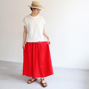 鮮やかな色合いのリネンギャザースカートはコーディネートのリフレッシュにぴったり。レッドの他に、ターコイズ、パープル、ブラックがあります。