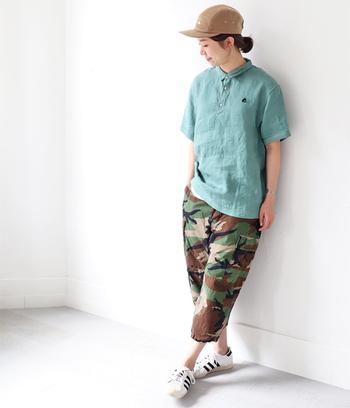 リネンのポロシャツは胸元の小さなアクセントが可愛らしい。鮮やかなスカーレットやベーシックな黒やベージュなどの色違いも豊富です。