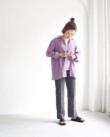 スモーキーなパープルが落ち着いた印象のシャツです。リネンらしい張りのある素材感が楽しめる一着です。