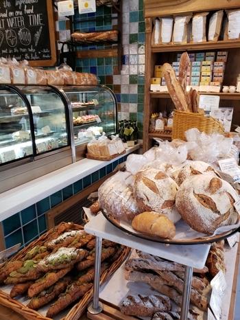 オーガニック小麦を使ったパンを中心に、スイーツまで幅ひろいラインナップ。