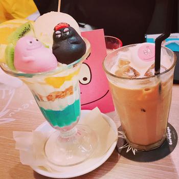 こちらの写真は、ラゾーナ川崎プラザ店にある『カフェ バーバパパ』のドリンクです。
