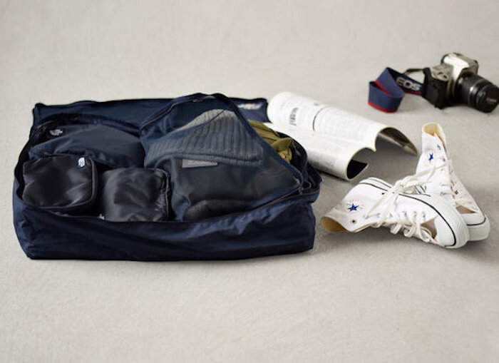 パッキングオーガナイザーとは、荷物を小分けして収納するケースやポーチのことを言います。スーツケース内がスッキリ整理されて、衣類や小物をスムーズにわかりやすく荷造りできる便利なアイテムです。  画像は「THE NORTH FACE(ノースフェイス)」の<コンプリートトラベルキット>。ポーチとケースがセットになっており、荷物の種類ごとにコンパクトにパッキングすることができます。