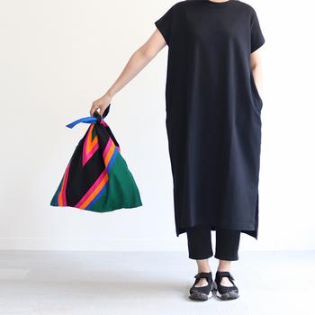 あずま袋のように口を結ぶスタイルがユニーク。使わない時はコンパクトに畳んでおけます。スポーティーレトロな絶妙な色合わせはトレンド感が高く、今の気分にぴったりです。シンプルな装いにも、いいアクセントになってくれそうですね。