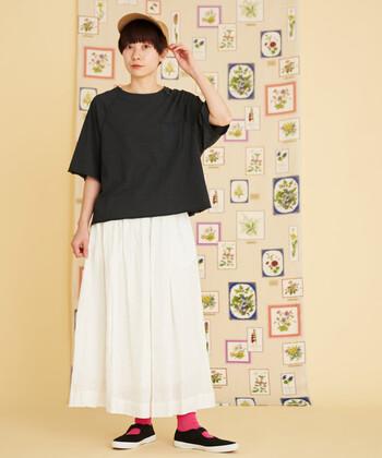 黒のゆったりTシャツに、白のロングスカートを合わせたモノトーンコーディネート。シューズは黒で合わせて、カラー靴下でモノトーンコーデにアクセントカラーをプラスしているのがポイントです。キャップを合わせて、カジュアルな印象に。