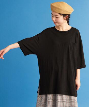 どんなコーディネートにも合わせやすく、ボトムスを選ばず着こなせる黒Tシャツ。一枚持っているとコーデがなかなか決まらない朝にも、大活躍してくれること間違いなしですよ♪
