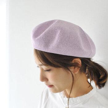 手櫛でざっくりまとめて後ろで束ねたら、残した後れ毛を太めのコテでゆるくカールして優しい雰囲気に仕上げましょう。 サマーベレー帽をポンとかぶるだけで、パリジェンヌのような小粋な雰囲気を演出することができますよ。