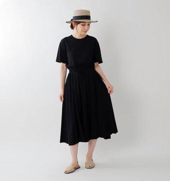 黒Tシャツに黒スカートを合わせた、セットアップ風のコーディネートです。黒だと色や素材の違いがそこまで気にならないので、パンツやスカートを合わせるだけで全身コーデが簡単にキマります。