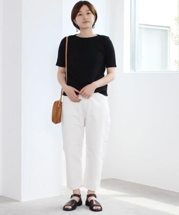 黒Tシャツに白のパンツを合わせた、ベーシックなモノトーンコーデ。足元のサンダルとショルダーバッグはブラウン系のカラーで合わせて、シンプルになり過ぎないようなニュアンスをプラスしています。
